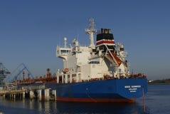 Motorisk tankfartyg i operationer på de olje- lättheterna Fotografering för Bildbyråer