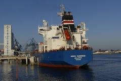 Motorisk tankfartyg i operationer på de olje- lättheterna Royaltyfria Foton