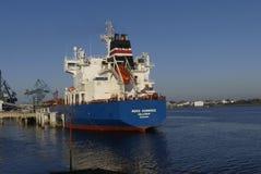 Motorisk tankfartyg i operationer på de olje- lättheterna Arkivfoto