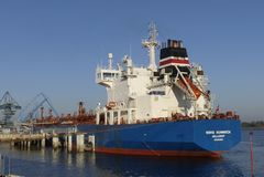 Motorisk tankfartyg i operationer på de olje- lättheterna Royaltyfri Bild
