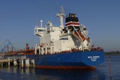 Motorisk tankfartyg i operationer på de olje- lättheterna Royaltyfri Foto
