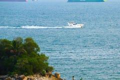Motorisk yatch på havet Fotografering för Bildbyråer