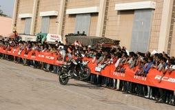 Motoriska cyklister för cyklister KTM utför jippon, Hyderabad Fotografering för Bildbyråer