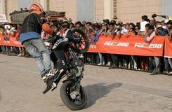 Motoriska cyklister för cyklister KTM utför jippon, Hyderabad Arkivfoto