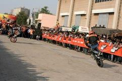 Motoriska cyklister för cyklister KTM utför jippon, Hyderabad Arkivbilder