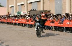 Motoriska cyklister för cyklister KTM utför jippon, Hyderabad Royaltyfri Foto