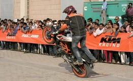 Motoriska cyklister för cyklister KTM utför jippon, Hyderabad Royaltyfria Foton