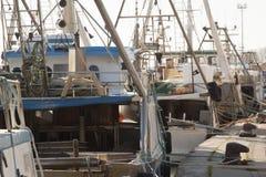 Motoriska fartyg för att fiska som förtöjas på porten Fotografering för Bildbyråer