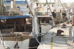 Motoriska fartyg för att fiska som förtöjas på porten Royaltyfria Foton