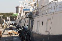 Motoriska fartyg för att fiska som förtöjas på porten Arkivbilder