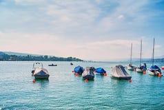 Motoriska fartyg i den härliga sjön Royaltyfri Fotografi