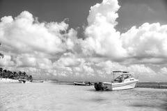 Motoriska fartyg på den tropiska stranden, Costa Maya, Mexico Royaltyfria Bilder