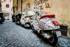 Motoriska sparkcyklar i en bakgata i Rome Royaltyfri Bild