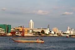 Motoriskt fartyg på Chao Phraya River i Bangkok, Thailand Royaltyfri Fotografi