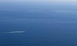Motoriskt fartyg på havet arkivbild