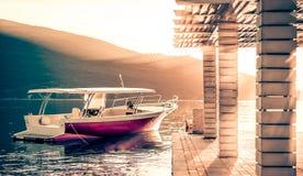Motoriskt fartyg på solnedgång royaltyfri bild
