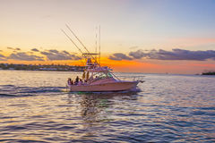 Motoriskt fartyg på solnedgången i Key West Arkivfoton
