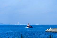 Motoriskt fartyg som kommer in i hamnen Fotografering för Bildbyråer