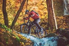 Motorista activo de la montaña Fotos de archivo