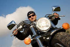 Motorista adulto joven que monta una motocicleta del interruptor Foto de archivo libre de regalías