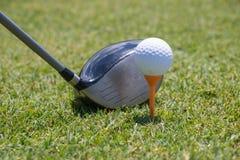 Motorista ao lado da bola de golfe no T foto de stock royalty free