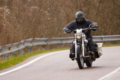 Motorista con la motocicleta a llover Fotografía de archivo libre de regalías