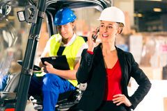 Motorista e supervisor da empilhadeira no armazém Imagens de Stock Royalty Free