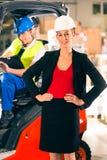 Motorista e supervisor da empilhadeira no armazém Foto de Stock