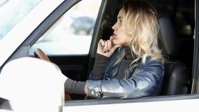 motorista da mulher em um engarrafamento vídeos de arquivo
