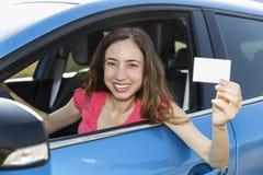 Motorista da mulher que mostra o cartão do sinal fotos de stock