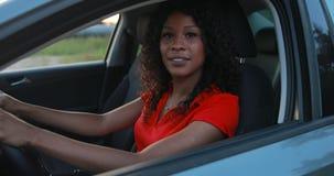 Motorista da mulher que senta-se no salão de beleza do carro e na condução do começo vídeos de arquivo