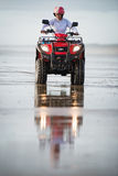 Motorista de ATV na praia Foto de Stock Royalty Free