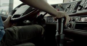 Motorista de caminhão basculante At The Wheel e engrenagem manual do deslocamento filme