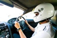 Motorista de carro de corridas em uma Asti Martin Sports Car foto de stock royalty free