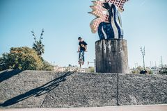Motorista de la calle con una bici que practica estilo libre y que salta en t Imágenes de archivo libres de regalías