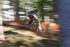 Motorista de la montaña de la falta de definición iluminada por el sol y de movimiento Fotos de archivo