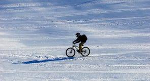 Motorista de la montaña en cuesta de la estación de esquí Fotos de archivo libres de regalías