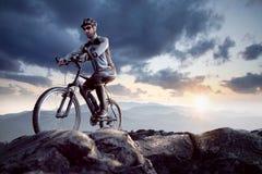 Motorista de la montaña en la cumbre Imagenes de archivo