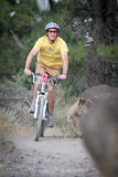 Motorista de la montaña en la raza de Cyclocross Foto de archivo