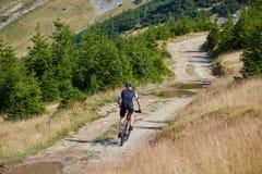 Motorista de la montaña en rastros imagen de archivo libre de regalías