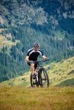 Motorista de la montaña en rastros imágenes de archivo libres de regalías