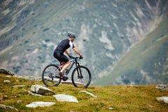 Motorista de la montaña en rastros fotografía de archivo libre de regalías