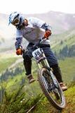 Motorista de la montaña en rce en declive Imagen de archivo