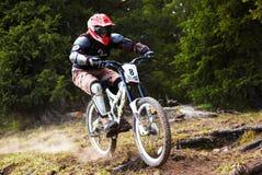 Motorista de la montaña en rce en declive Imagenes de archivo
