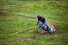 Motorista de la montaña en rce en declive Imagen de archivo libre de regalías