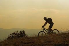 Motorista de la montaña en una competición Foto de archivo libre de regalías