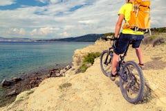Motorista de la montaña que mira la visión y que monta una bici Foto de archivo