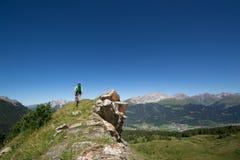 Motorista de la montaña que monta cuesta abajo en las montañas suizas Foto de archivo