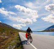 Motorista de la montaña en Noruega Foto de archivo