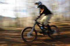 Motorista de la montaña que apresura Foto de archivo libre de regalías